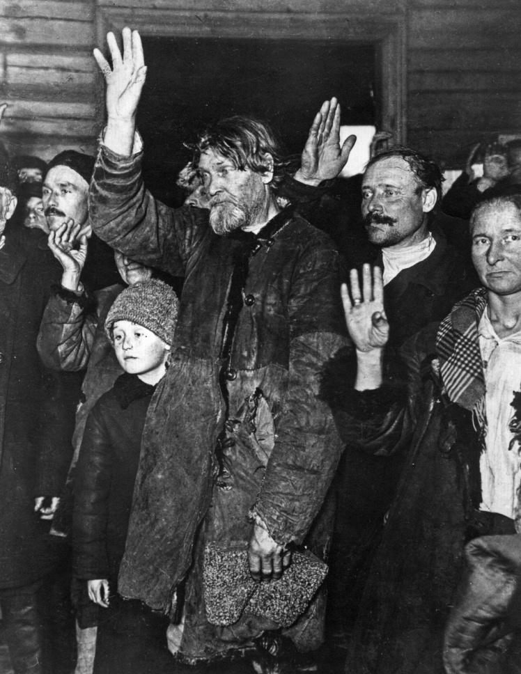 Радянські селяни «добровільно» голосують за запровадження колгоспної системи, 1928 рік.