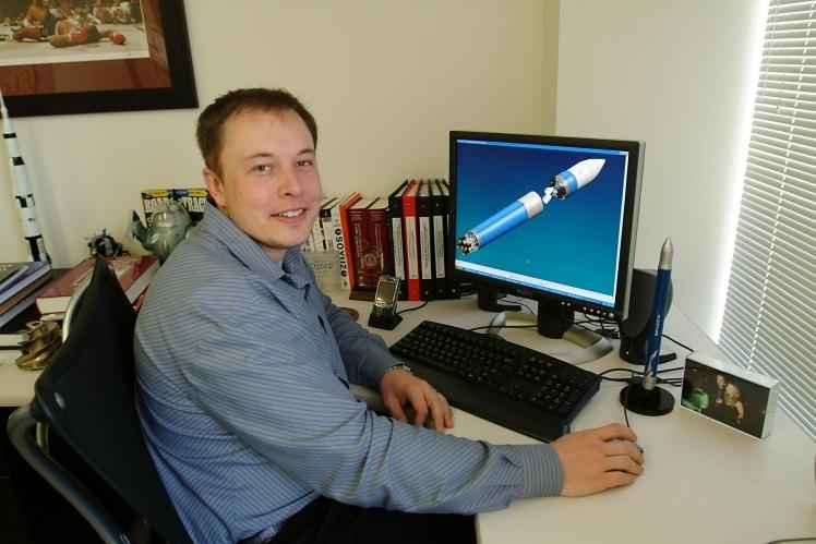 Ілон Маск за своїм робочим столом в офісі SpaceX в Ель-Сегундо, Каліфорнія, 19 березня 2004 року.