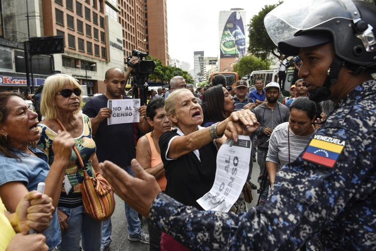 Демонстранти протестують проти перепису транспортних засобів для отримання талонів на бензин за держцінами в Каракасі, 3 серпня 2018 року.