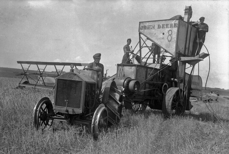 Збирання пшениці американським комбайном John Deere в колгоспах станції Основа Харківської області, 1930-ті роки.