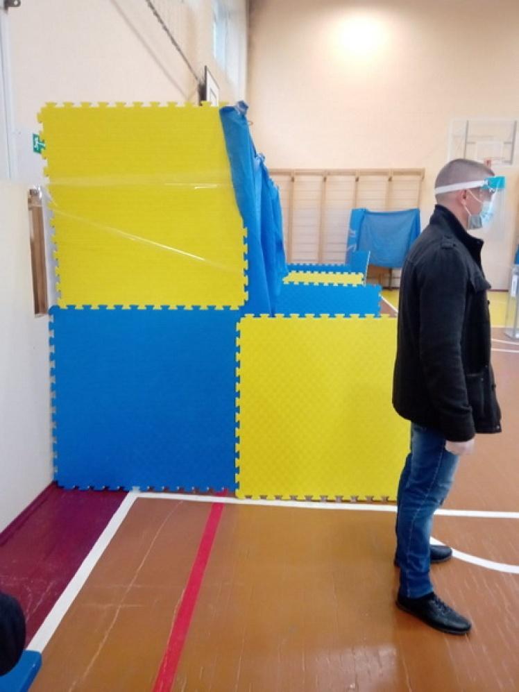У Житомирській області люди голосували в імпровізованих кабінках