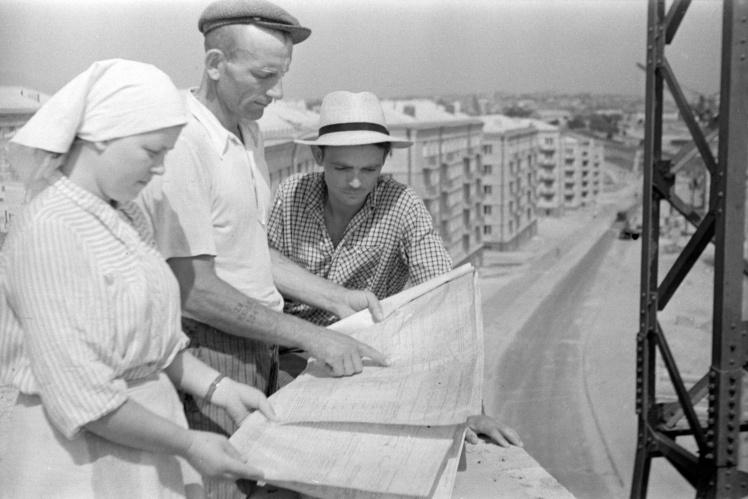Бригада строителей-передовиков знакомится с новыми участками строительства жилого массива в Железнодорожном районе (сегодня большая его часть входит в состав Соломенского района) Киева, 25 июля 1959 года.