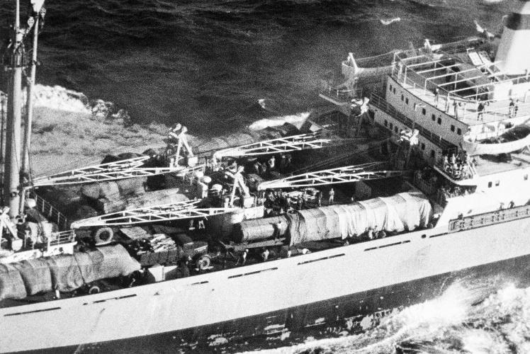 Аэрофотосъемка палубы советского торгового судна «Металлург Аносов», на которое не пустили для инспекции американских военных, 10 ноября 1962 года.