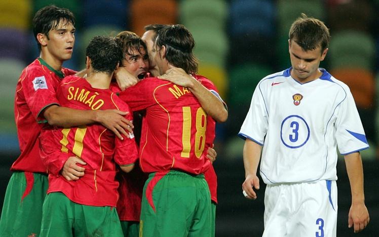 Півзахисник збірної Португалії Деку святкує забитий гол у матчі проти Росії, 13 жовтня 2004 року.