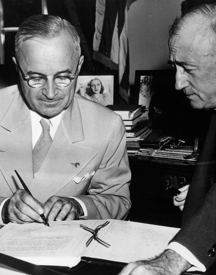 Президент США Гаррі Трумен ратифікує статут Організації Об'єднаних Націй, 8 серпня 1945 року.