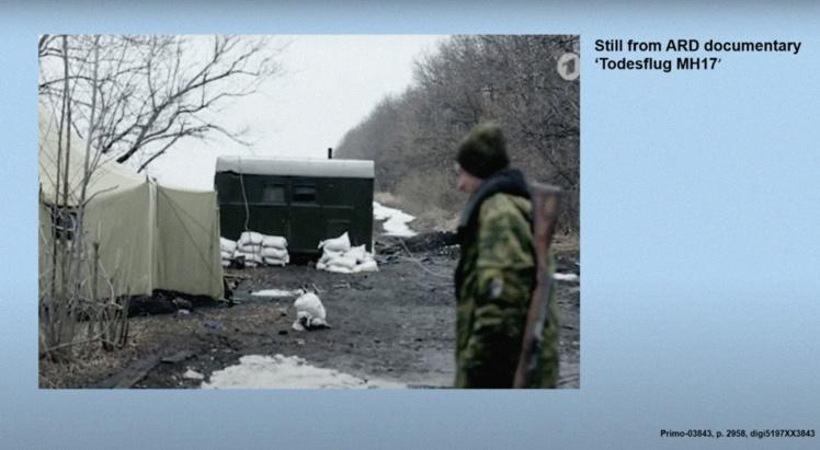 Фрагмент намету на блокпості з відео німецького телеканалу ARD. Скриншот трансляції судового засідання.