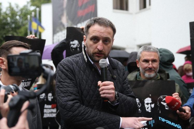 Адвокат Яни Дугарь Віталій Коломієць під час акції «Авакоff, відкрий докази» біля будівлі МВС у Києві, 28 травня 2020 року.