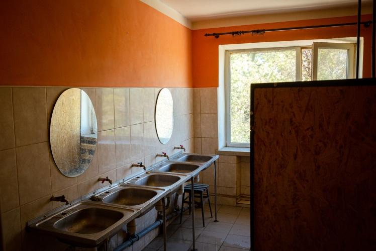 Одна з двох туалетних кімнат у гуртожитку.