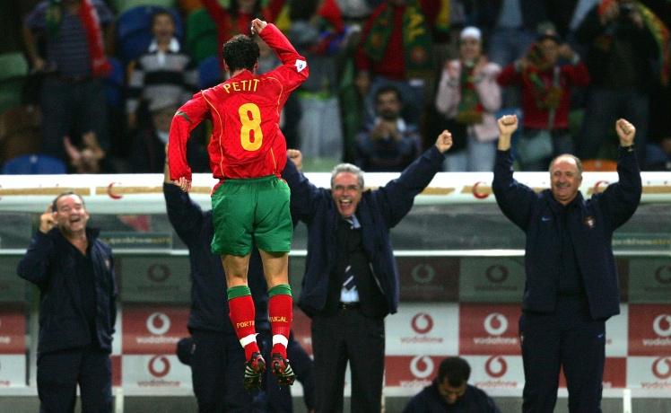 Півзахисник збірної Португалії Аманду Петі святкує забитий гол у матчі проти Росії, 13 жовтня 2004 року.