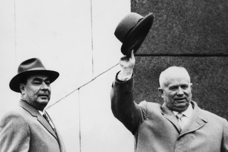 Никита Хрущев (справа) перед Мавзолеем Ленина после официального объявления о его отставке. Леонид Брежнев (слева) — один из участников антихрущевского заговора, который станет единоличным правителем СССР, 16 ноября 1964 года.