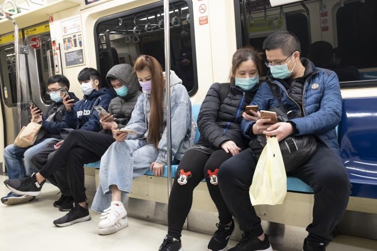Пасажири метро в Тайбеї у захисних масках, 23 лютого 2020 року.