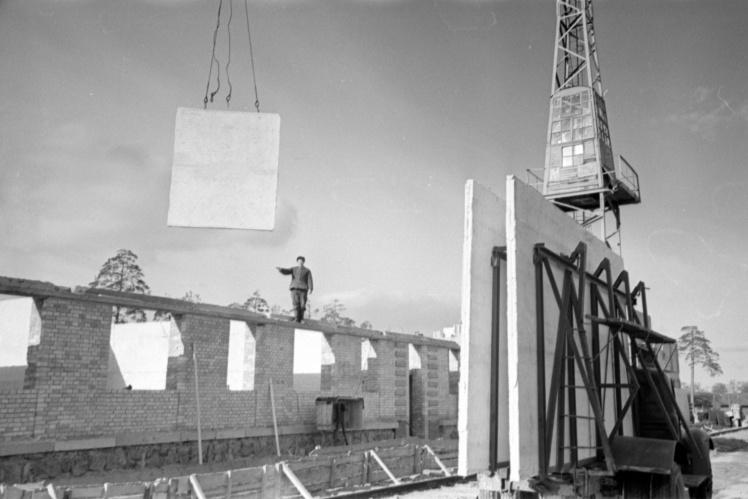 Установка межкомнатных панелей во время строительства Дарницкого жилого массива в Киеве, февраль 1959 года.