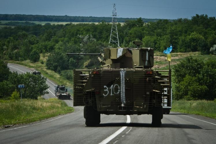 БТР-4 українського війська замикає колону, яка йде на Слов'янськ, 10 червня 2014 року.