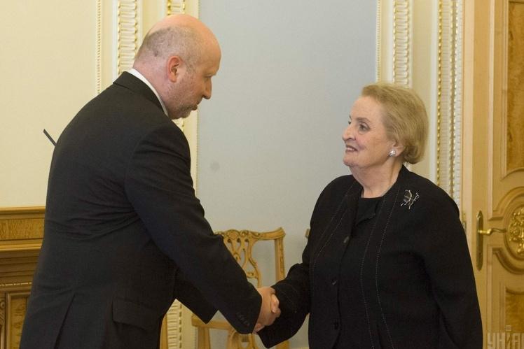З Мадлен Олбрайт, колишнім держсекретарем США, 23 травня 2014 року.