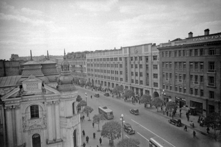 С «рыцарским домом» граничило здание почтамта, за ним располагался отель. Оба снимка сделаны между 1938 и 1940 годами.