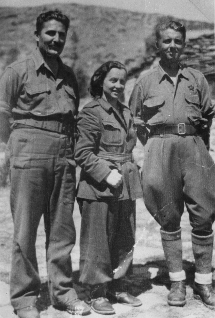 Енвер Ходжа (праворуч), єдина жінка — засновниця компартії Албанії Лірі Гега (в центрі), югославський революціонер Міладін Поповіч (ліворуч), 1943 рік.