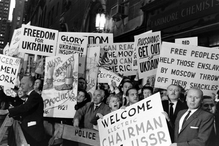 Протестующие на улицах Нью-Йорка во время визита Никиты Хрущева в США, сентябрь 1959 года.