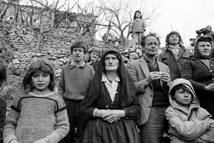 Жителі невеликого села на півночі Албанії чекають на італійських солдатів, які везуть гуманітарну допомогу після падіння режиму Ходжі, 15 вересня 1991 року.