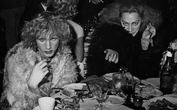 Трансгендерні актриси Голлі Вудлон і Джекі Кертіс на вечірці на честь прем'єри рок-опери «Ісус Христос — суперзірка», 12 жовтня 1971 року.