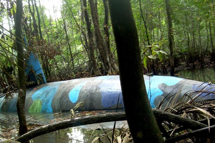 Саморобний підводний човен, здатний перевозити кілька тонн кокаїну. Виявлений у річковій притоці поблизу кордону Еквадору та Колумбії в 2010 році.