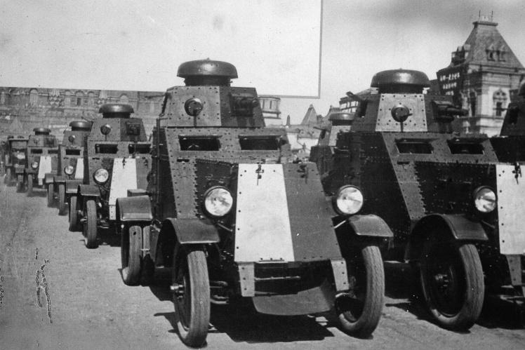 На фото: колона радянської мобільної бронетехніки на кордоні з Польщею в день вторгнення, 17 вересня 1939 року.