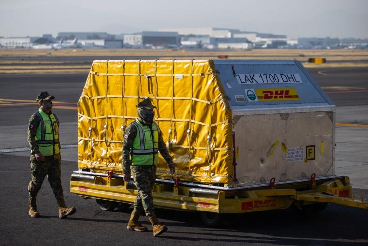 Військові охороняють контейнер з вакцинами Pfizer/BioNTech в аеропорту в Мехіко, 5 січня 2021 року.