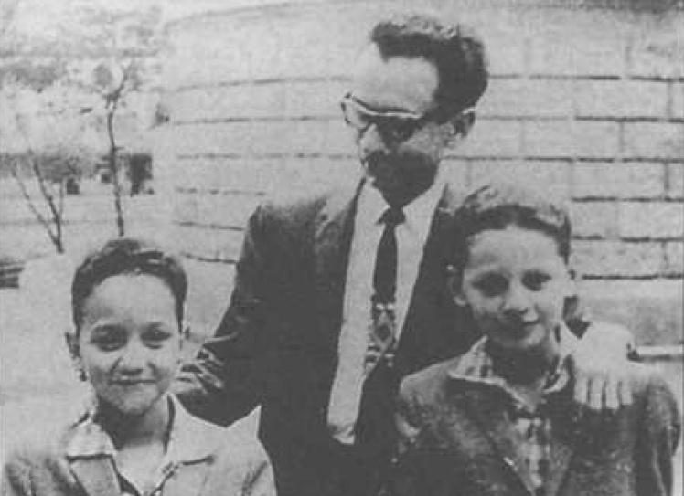 Хосе Альтаграсия Рамирес Навас с сыновьями Ильичом и Лениным. Каракас, Венесуэла, 1954 год.
