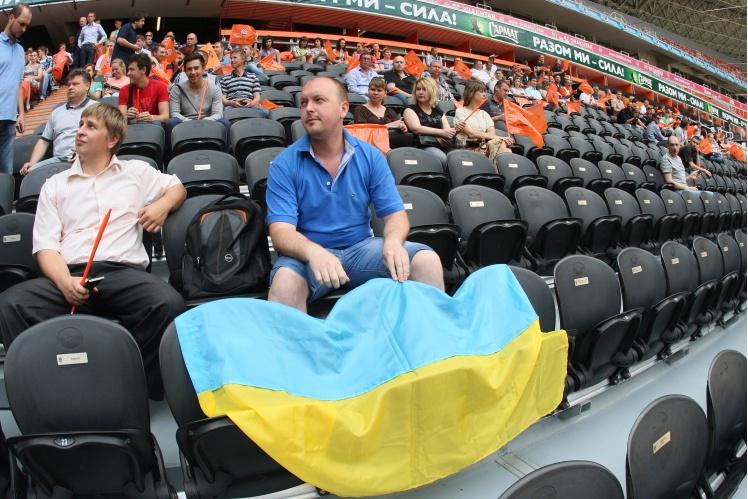 У цей час на честь перемоги «Шахтаря» в Чемпіонаті України сезону 2013/2014 на стадіоні зібралися співробітники донецької команди, тренери та вихованці клубу.