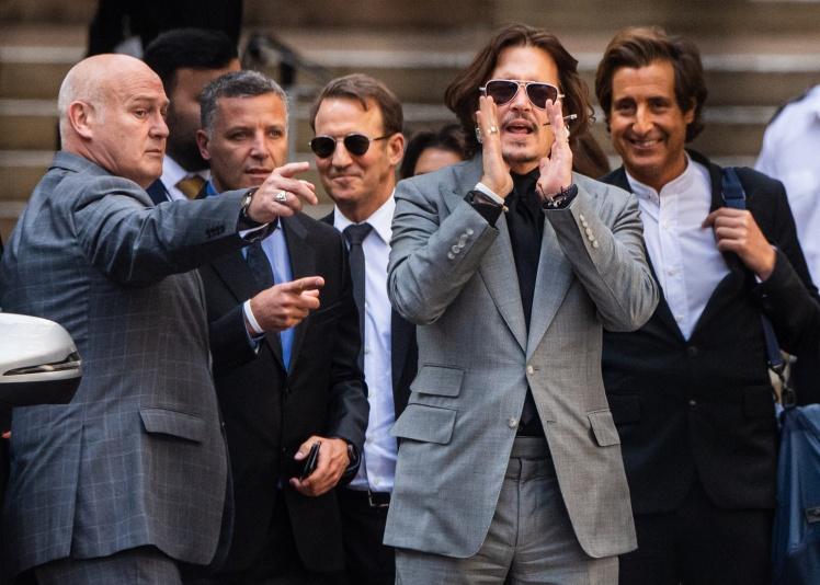 Американський актор Джонні Депп та його адвокат Адам Волдман залишають Високий суд після останнього дня слухань у справі проти The Sun, Лондон, 28 липня 2020 року.