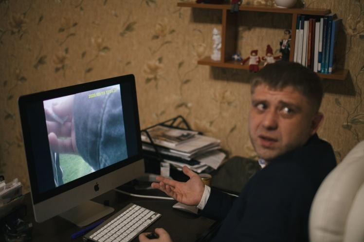 Адвокат Віталій Жуковський показує оперативне відео, яке стало доказом проти Максима в суді.