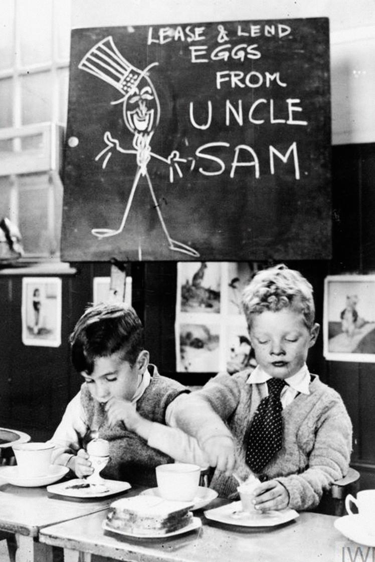 Дети едят яйца, предоставленные Америкой по схеме ленд-лиза, в школе Стаффордшира, Британия, 1941 год.
