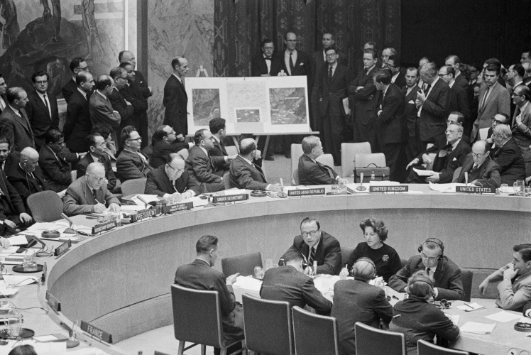 Делегація США на екстреному засіданні Ради безпеки ООН показує знімки радянських ракет на Кубі, 25 жовтня 1962 року.