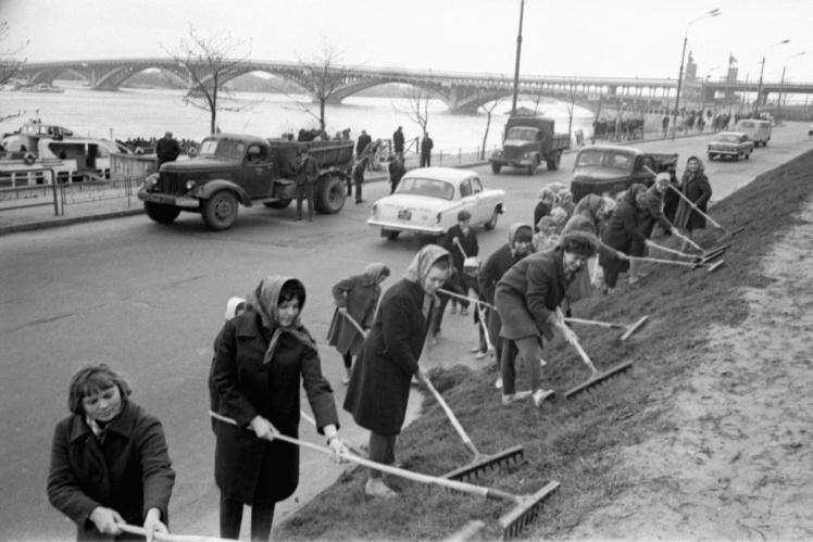 Киевские студенты на Набережном шоссе на воскреснике во время месячника по благоустройству и озеленению города, апрель 1968 года.