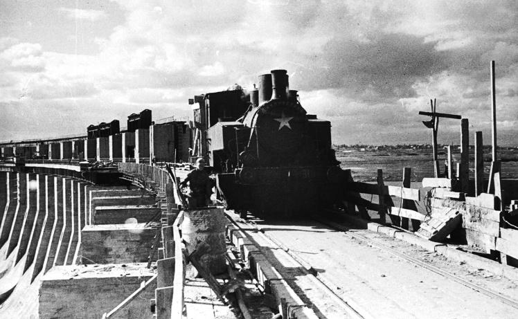Подача бетона на плотину во время восстановления ДнепроГЭСа, 20 марта 1945 года.