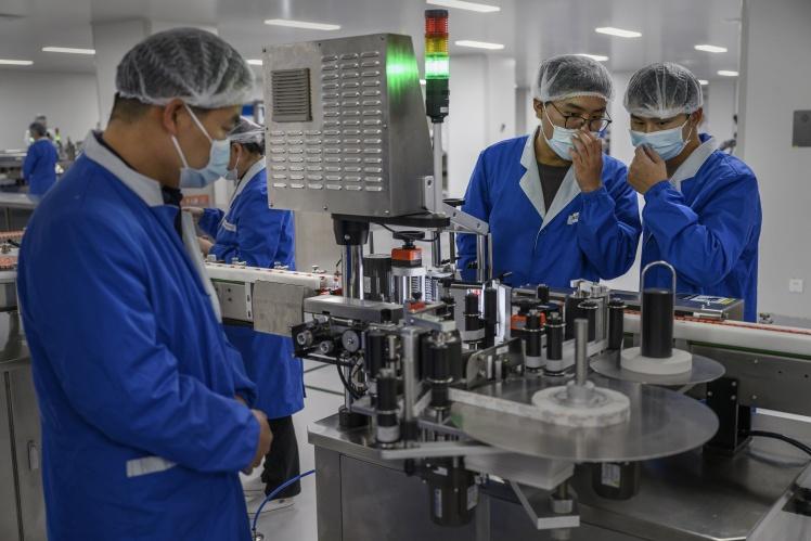 Співробітники Sinovac Biotech на виробничій лінії.