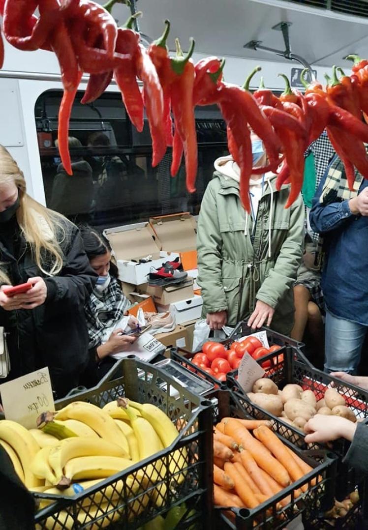 В одном из вагонов столичного метро «продавали» овощи, фрукты, а также обувь.